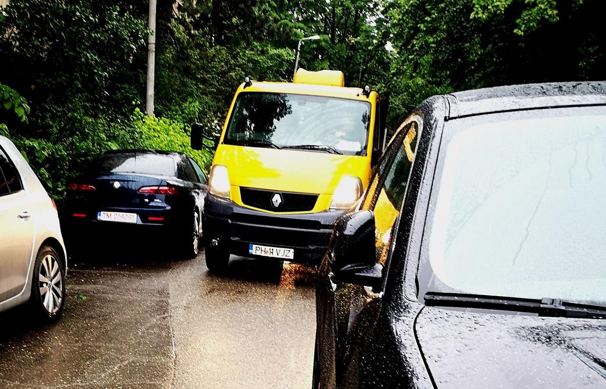 Nemulțumire printre ploieștenii care stau în zona Aleea Cătinei. Copiii, părinții și mașinile împart o străduță îngustă, cu trotuarele ocupate de autovehicule parcate