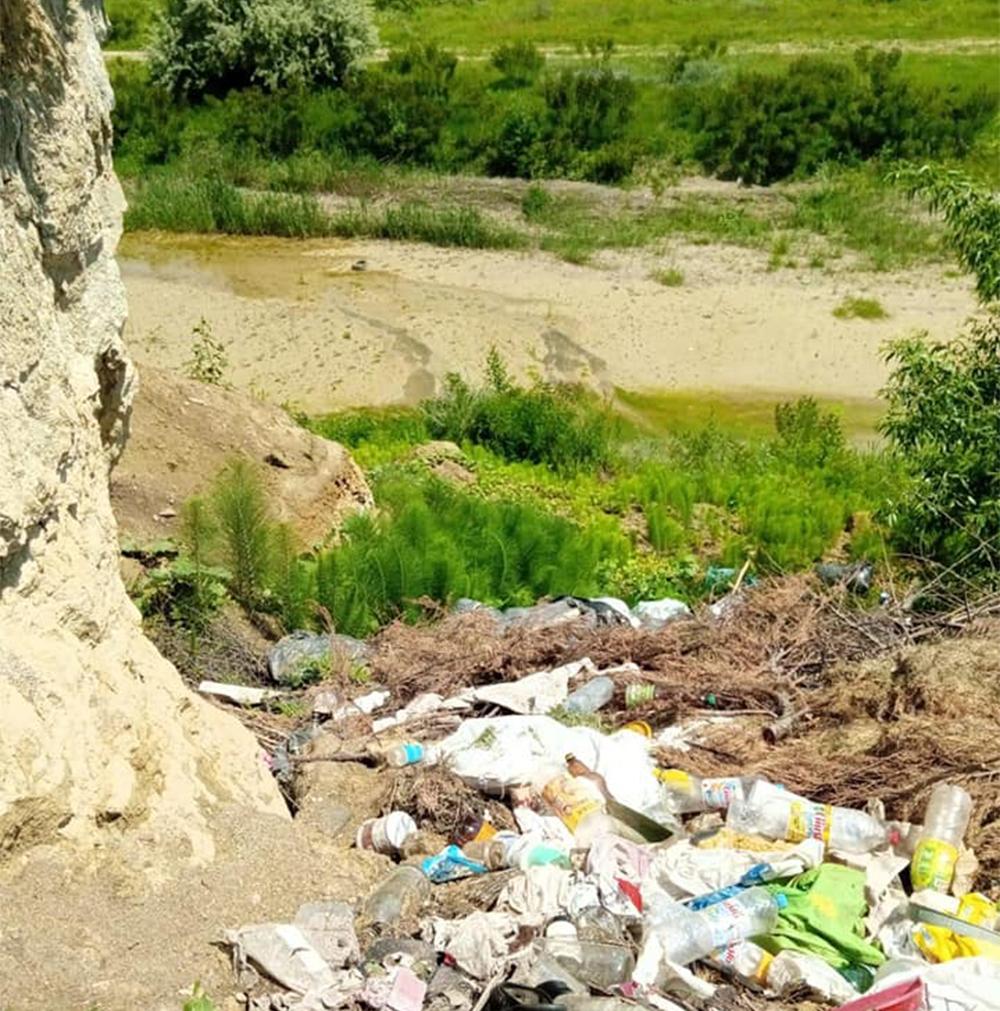 Primăria Iordăcheanu, amendată din cauza deșeurilor depozitate necontrolat pe domeniul public