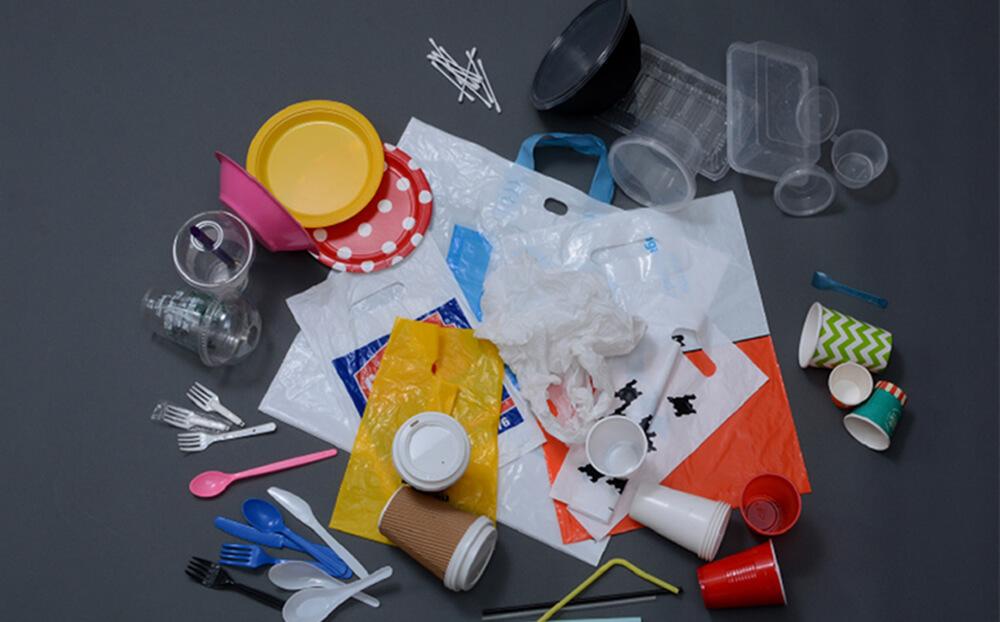 Ce produse din plastic au fost interzise la comercializare și când vor dispărea acestea de pe piață