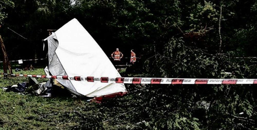 O fetiță de 5 ani a murit strivită de un copac doborât de furtună