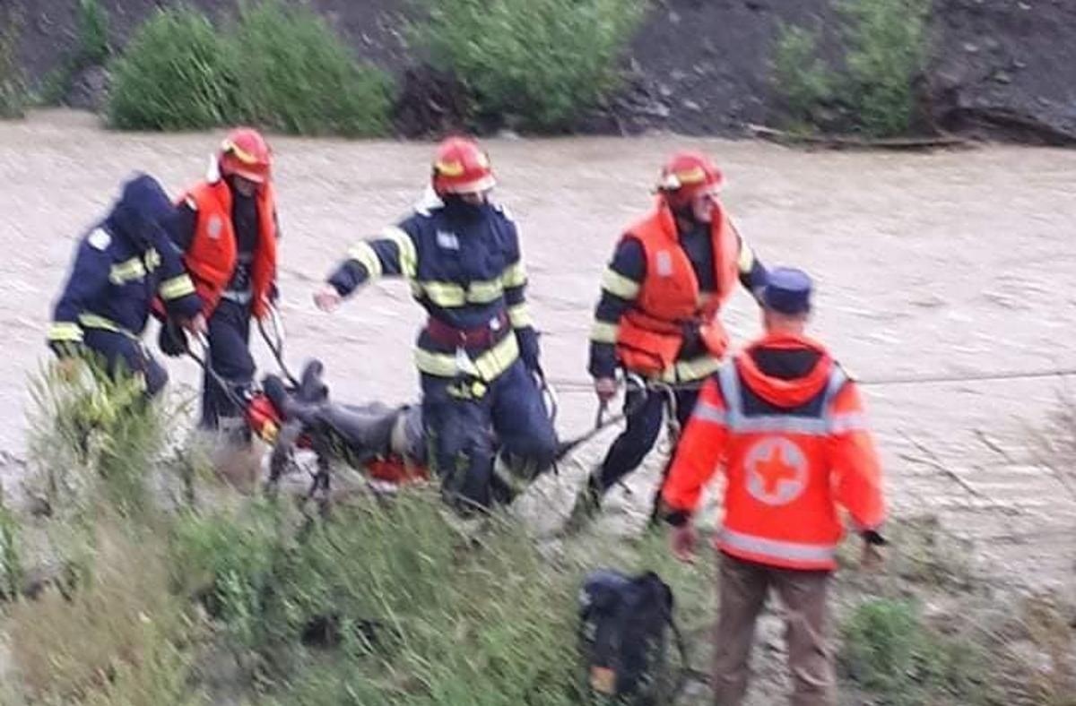 Mai mulţi români au fost luaţi de apă sau au rămas sinistraţi după viiturile din ultimele 24 de ore, iar unul a fost găsit decedat