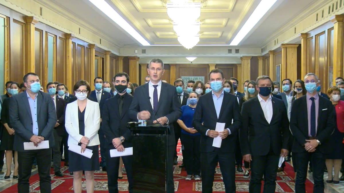 Miniştii USR PLUS şi-au dat demisia din Guvern, înainte de moţiunea de cenzură